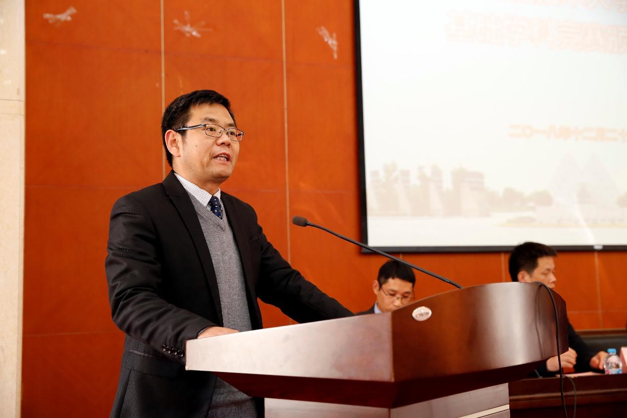 首页 校园快讯  外国语学院刘金龙副院长做了2018年基础学科竞赛的